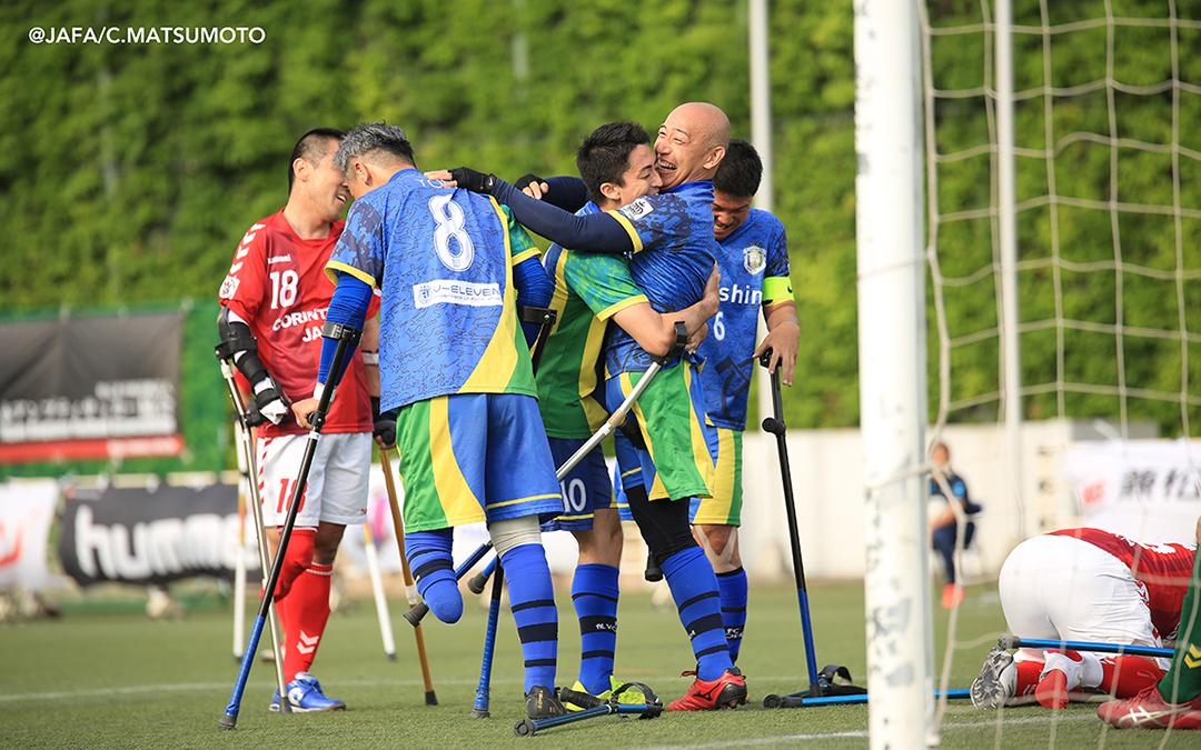 決勝ゴール後、歓喜のFCアウボラーダ