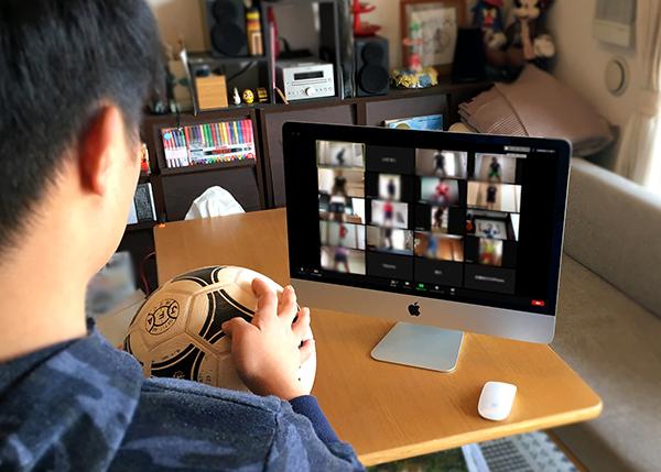 オンライン参加のイメージ 家の中でPCとボールを準備