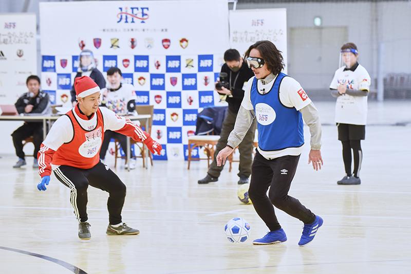 ゲストの石川直宏さんは弱視ゴーグルを着用してプレー