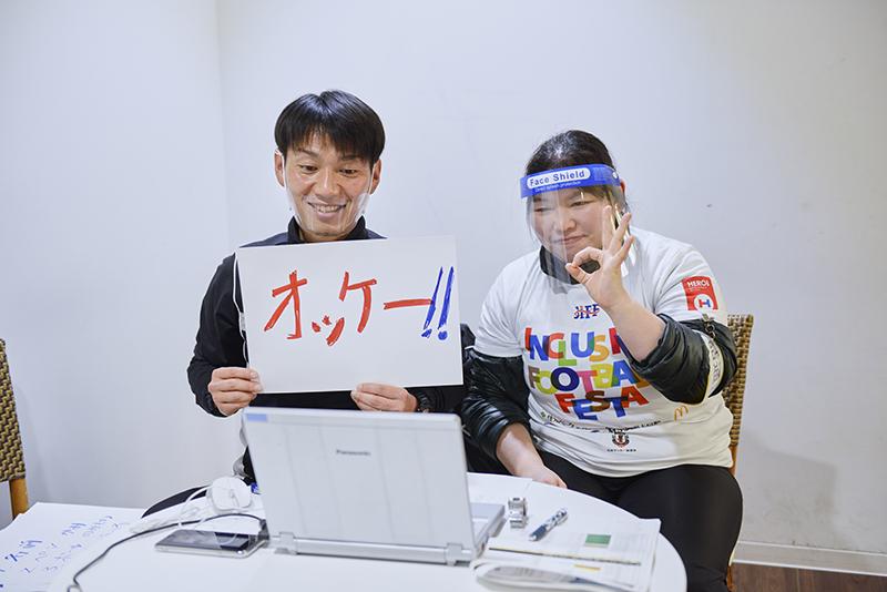 オンラインサポートコーチは文字や手話など様々な方法で参加者とコミュニケーションをとる
