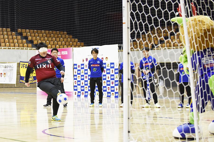 ブラインドサッカー女子・工藤選手のシュート