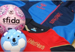 United Heartsのユニフォーム(赤と黒)とボール