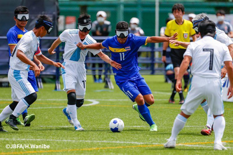 しっかりプレスをかけ、徹底した守備の日本チーム