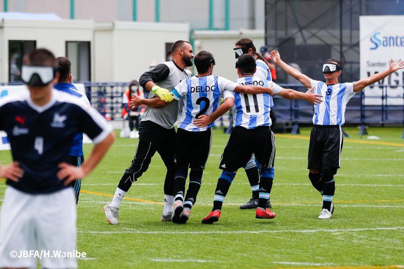 得点後、輪になり歓喜するアルゼンチンチーム