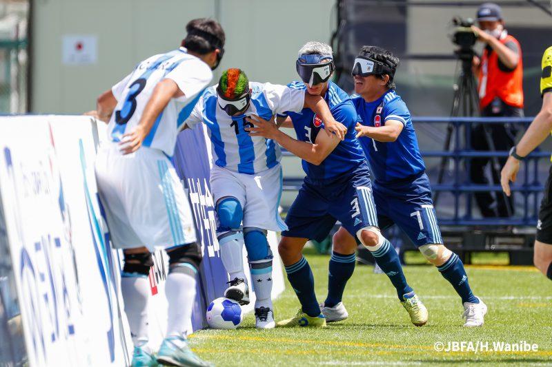佐々木ロベルト泉選手、田中章仁選手が、フェンス際で相手と激しく競り合う