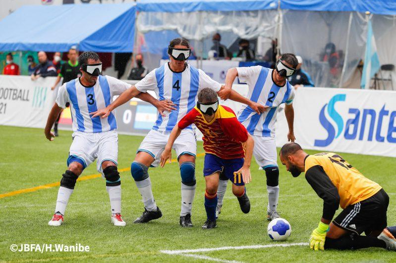 ゴールに迫るスペインチーム