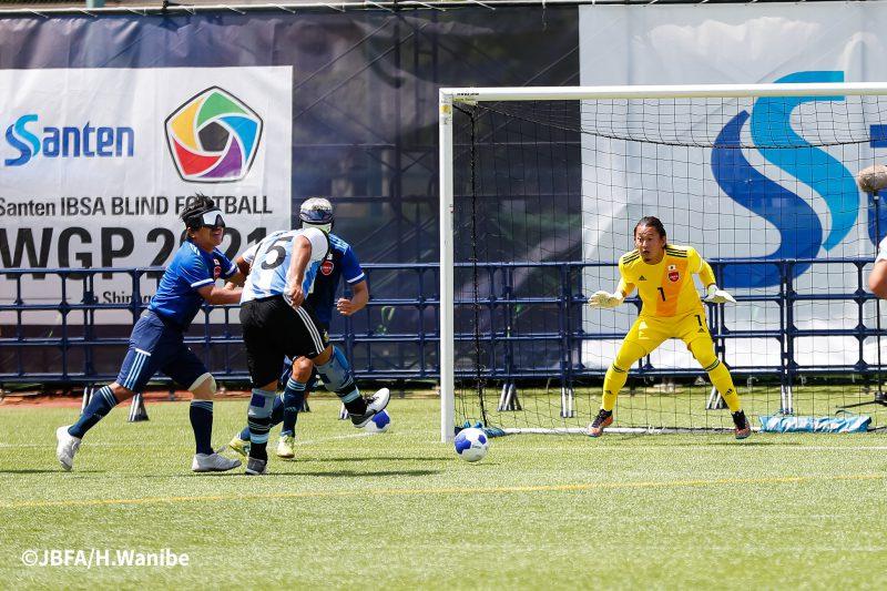 ゴール前に攻め寄るアルゼンチン