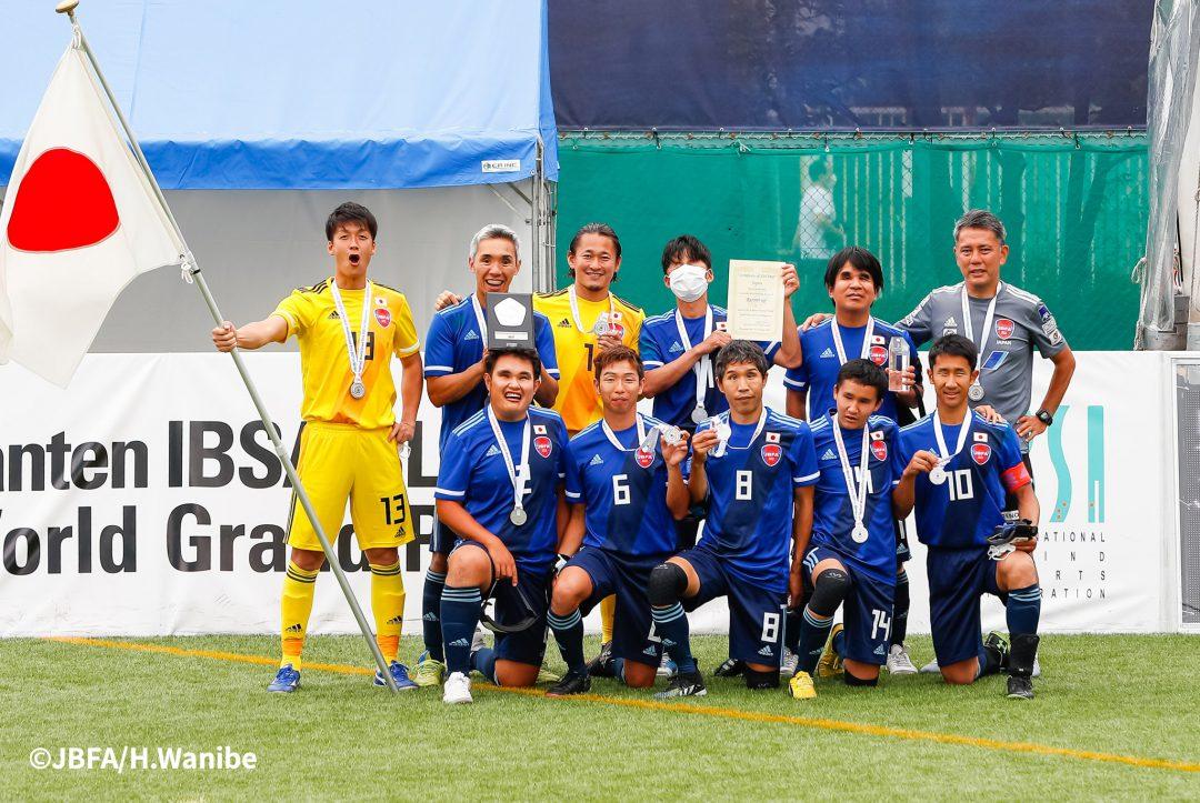 銀メダルを手に笑顔の日本代表