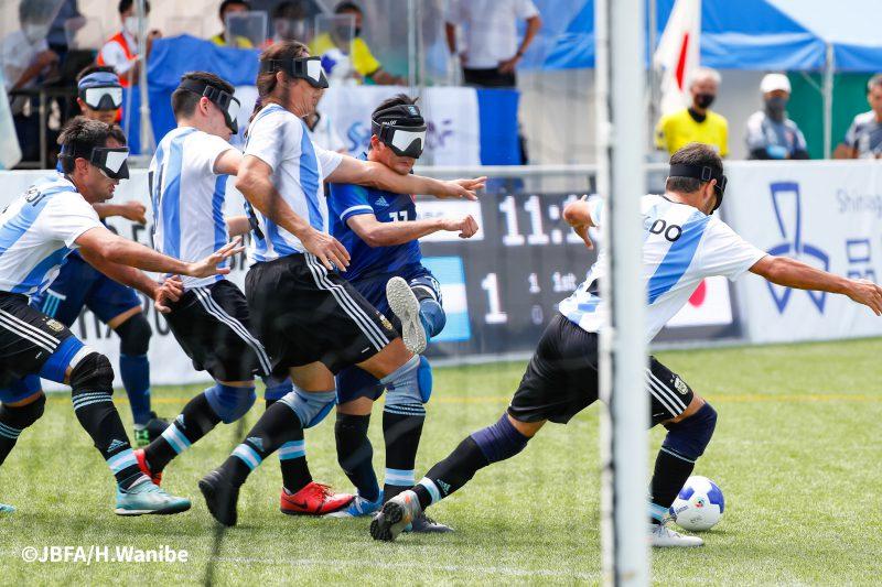 ゴールに迫る黒田智成選手はアルゼンチンの全員守備に阻まれる