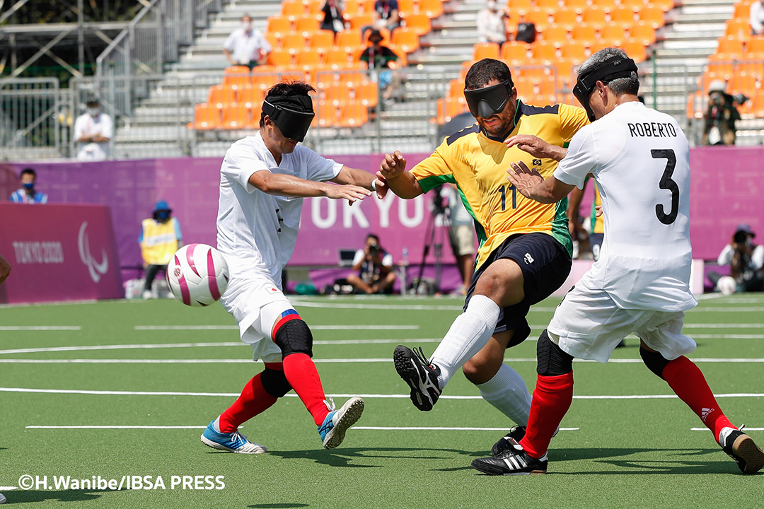 日本代表のディフェンスを振り切りシュートを放つブラジル代表選手