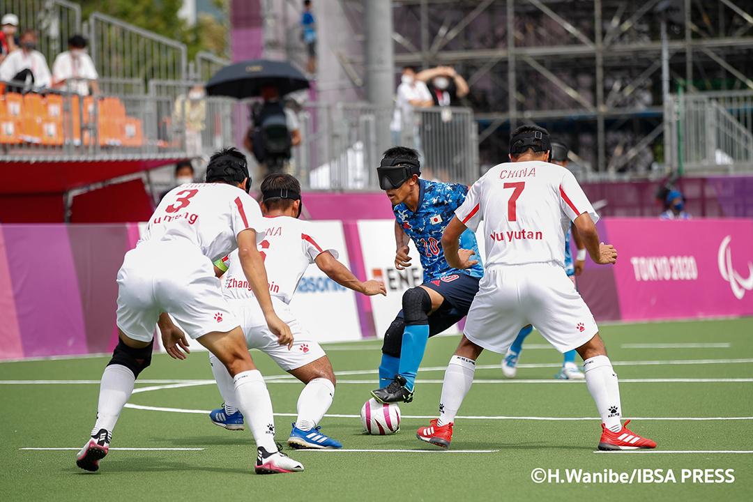 ゴールに向かう川村選手と、その前に立ちはだかる3人の中国選手たち