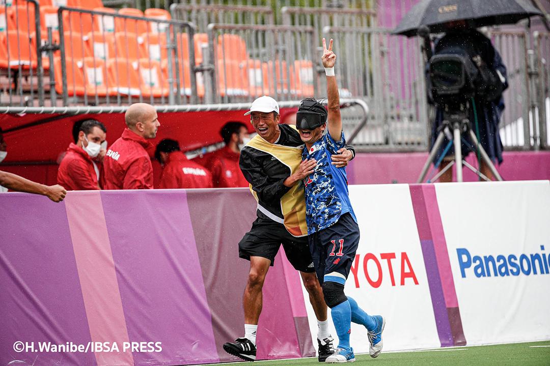 ゴールを決め、ガイドとともに喜ぶ黒田智成選手